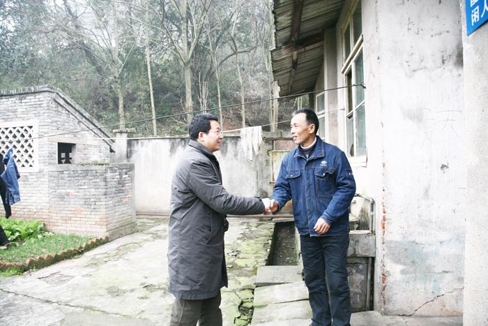 廠長蘭金堂恨意并、黨委書記徐萍和領導班子成員就從總部趕到基地給堅守工作崗位的職工拜年