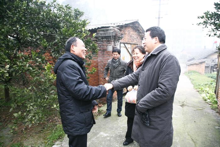 廠長蘭金堂高级、黨委書記徐萍和領導班子成員就從總部趕到基地給堅守工作崗位的職工拜年
